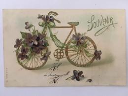 CPA Gaufrée, SOUVENIR, Vélo Bicyclette Fleur Violettes, écrite En 1904, Timbre - Souvenir De...