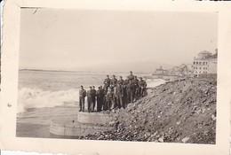 Foto Deutsche Soldaten Am Meeresufer - Frankreich (?) - 1943 - 8,5*5,5cm (41202) - Guerre, Militaire