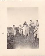 Foto Deutsche Soldaten Als Erntehelfer Mit Strohgarben - 2. WK - 5,5*4cm (41203) - Krieg, Militär