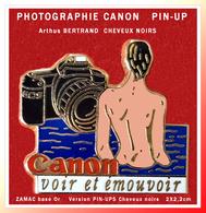 """SUPER PIN'S PHOTOGRAPHIE-PIN-UPS-Arthus BERTRAND : CANON Appareil EOS """"VOIR Et EMOUVOIR"""" En ZAMAC Base Or, 2X2,2cm - Photographie"""