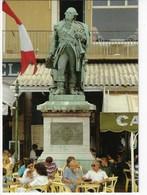 83 - St TROPEZ - Ambiance Estivale Au Pied De La Statue Du Bailly De Suffren - Animée (D196) - Saint-Tropez