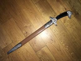 IMPOSANTE DAGUE DE VÊNERIE. MOTIF AU SANGLIER. GARNITURE EN METAL ARGENTE. POIGNEE EN CORNE. CHAPE SIGNEE DE VERDIER - Knives/Swords