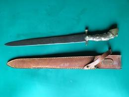 VENERIE . ANCIENNE DAGUE DE CHASSE. FUSEE EN LAITON FIGURANT UN SABOT DE CHEVAL. AVEC FOURREAU - Knives/Swords