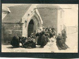 CPA - Karten Bost - L'ILE TUDY - Le Portail De L'Eglise Pendant La Grand'Messe Le Jour Du Pardon, Très Animé  (dos Non D - Ile Tudy