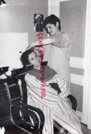 87- CHATEAU CHERVIX- MME BARRIERE SALON DE COIFFURE- COIFFEUSE  - RARE PHOTO ORIGINALE  1985 - Beroepen