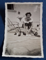 Altes PIN-UP Photo > Hübsche Junge Frau Beim Schuhe-Anprobieren > Nice Young Woman / Jolie Jeune Femme (ph24) - Pin-Ups