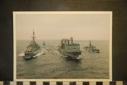 CP, MARINE NATIONALE, BATEAUX, GUERRE, Force Navale En Ravitaillement à La Mer,  RARE - Guerre