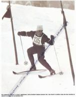 SKI : PHOTO (1956), JEUX OLYMPIQUES DE CORTINA (ITALIE), TONI SAILIER REMPORTE LA MEDAILLE D'OR DU SLALOM SPECIAL... - Sports D'hiver