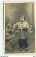 Fillette Tenant Un Ours En Peluche - Teddy Bear - Games & Toys