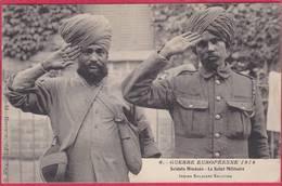CPA Guerre Européenne 1914 Soldats Hindous Le Salut Militaire  Indian Soldiers Saluting ( Militaire Tampon 8é Vierzon - Guerre 1914-18