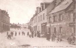 Guerlesquin (29 - Finistère) Les Halles Et Un Coin De La Place De La Liberté - Guerlesquin