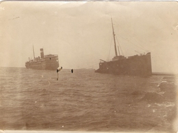 Photographie Ancienne De Djibouti, Remorquage D'un Cargo Cassé En Deux, Photo Des Années 1930 - Bateaux