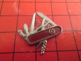 412a Pin's Pins / Beau Et Rare / THEME : AUTRES / COUTEAU SUISSE MULTILAMES GENRE VICTORINOX - Autres