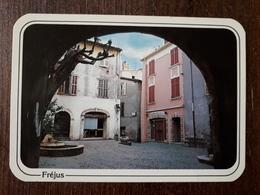 L21/18  FREJUS La Place Du Couvent - Frejus