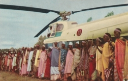 Bt - CPM Voyage Du Roi Au CONGO - 1955 - Les Notables De La Région De Kitega (hélicoptère) - Belgisch-Congo - Varia