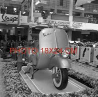 SCOOTER VESPA GEANT, SALON VERS 1955 .. .............RARE PHOTO 18x24 Cm - Automobiles