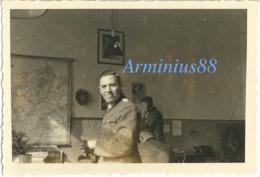 Frühling 1940, In Mayen (Eifel) - Im Büro - Amtsstubenbild Von Hitler - 12. Armee (AOK 12) - Abteilung IV A - Krieg, Militär