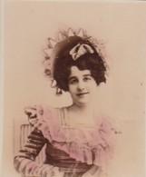 FEMME A IDENTIFIER. COLORISE. CARD TARJETA COLECCIONABLE TABACO. CIRCA 1915 SIZE 4.5x5.5cm - BLEUP - Berühmtheiten