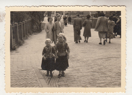 Marken - Kinderen In Klederdracht - Foto Formaat 7.5 X 10.5 Cm - Zonder Classificatie