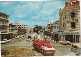 Mombasa: BEDFORD COCA-COLA DELIVERY TRUCK, PEUGEOT 403, FORD ZEPHYR II, 'ESSO' & 'MOBIL' NEON - Town Centre - (Kenya) - Toerisme
