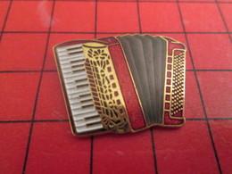 713i Pin's Pins / Beau Et Rare / THEME : MUSIQUE / SUPERBE ACCORDEON ROUGE NOIR OR ET BLANC - Musique