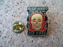 PIN'S  RIDE HARD  DIE FREE  TETE DE MORT - Motos