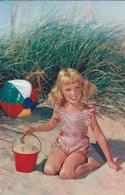 ENFANTS à LA PLAGE. FILLETTE BLONDE Agenou Dans Le Sable, Avec Seau Et Ballon. N°79 - Scènes & Paysages