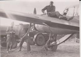 AVRO ANSON BRITAINS ALLIES IN THE SKY ROYAL AIR FORCE  DUTCH MECHANIES  DUTCH ARMY UNIFORM 15 * 11 CM  AEROPLANE - Guerra, Militares