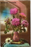 CPA FANTAISIE FLEURS -  VASE POSE SUR UN LIVRE CONTENANT BOUQUET DE ROSES ET DE PIVOINES - UNE MARGUERITE SUR LE LIVRE - Flowers