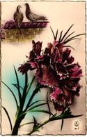 CPA FANTAISIE FLEURS -  CARTE BORDS DORES - DEUX TOURTERELLES SUR UN MUR ET UN GROS OEILLET ROSE ROUGE - Flowers