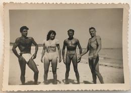 Une Femme Accompagnée De Trois Hommes Musclés à La Plage. Musculature. Maillot De Bain. Snapshot. - Personnes Anonymes