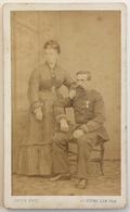 CDV. Un Militaire Médaillé Et Sa Femme. Photographe Cayon à La Roche-sur-Yon. Vendée. - Photos