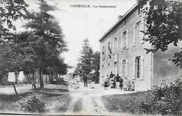 COUPEVILLE - LA GENDARMERIE - GENDARMES ET LEUR FAMILLE PRENNENT LA POSE 1936 TRES BON ETAT  2 SCANS - Other Municipalities