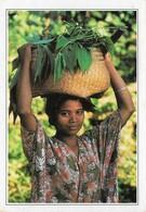 Indonésie Ile De Flores Jeune Fille Portant Un Panier (2 Scans) - Indonesia