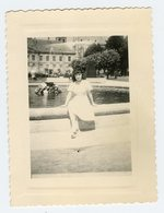 Femme Woman Pin-up Portrait Fontaine Fountain - Personnes Anonymes