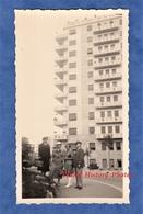 Photo Ancienne Snapshot - MILAN / MILANO - Immeuble à Identifier - 1938 - Homme Femme Enfant Mode Architecture Italia - Lieux