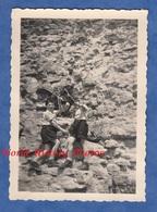 Photo Ancienne Snapshot - Groupe De Garçon En Bas D'une Montage / Rocher - Scout ? Arc Flèche Jeu Game Enfant - Sports