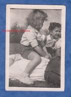 Photo Ancienne Snapshot - Petite Fille Assise Sur Le Ventre De Son Père - Enfant Mode Girl Homme Funny - Personnes Anonymes