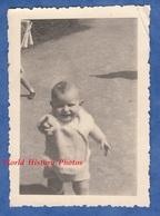 Photo Ancienne Snapshot - Portrait D'un Petit Garçon Montrant Du Doigt - Enfant Bébé Baby Mode - Personnes Anonymes