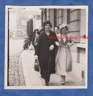 Photo Ancienne Snapshot - TERMONDE - Femme & Sa Mére Rue à Situer - 1934 - Chapeau Mode Belgique Belge Pompe Essence - Lieux