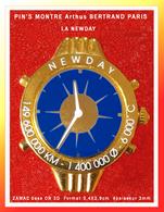 """SUPER PIN'S MONTRE Arthus BERTRAND : Emise Pour """"NEWDAY"""" Version """"BLEU NUIT"""" ZAMAC Or 3D 3,4X2,9cm - Arthus Bertrand"""