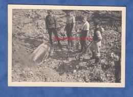Photo Ancienne Provenant D'un Soldat Allemand - LE MEE Sur SEINE - Officier Inspectant Une Bombe ? Obus ? WW2 Occupation - Guerre, Militaire