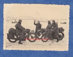Photo Ancienne Provenant D'un Soldat Allemand - Fleuve Gelé ? Rhin ? - Moto Militaire à Identifier - Insigne WW2 - Guerre, Militaire