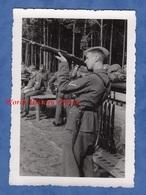 Photo Ancienne Provenant D'un Soldat Allemand - Militaire L'oeil Dans Son Fusil - Voir Uniforme Baïonnette Arme Gun WW2 - War, Military