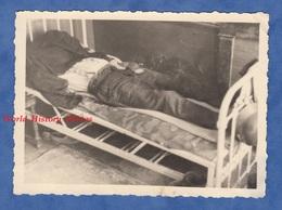 Photo Ancienne Provenant D'un Soldat Allemand - Militaire Allongé Sur Son Lit - Dort ? Mort ? Ww2 Camouflage Casque - War, Military