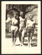 Naked Trunk Men And Two Women Outside Old Photo 9x6 Cm #25914 - Anonymous Persons