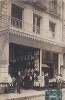 Carte Photo   Tours (37) Au Bon Marché  Magasin De Nouveautés Rue Des Halles Devanture Animée   1911     Parfait état - Places