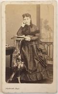CDV. Femme Avec Robe Consultant Un Livre Ou Un Album De Cartes De Visite. Photographe Provost à Toulouse. - Old (before 1900)