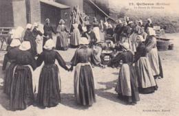 56 -- Morbihan -- Quiberon -- La Danse Du Dimanche -- La Ronde De Jeunes Femmes Autour Des Musiciens - Quiberon