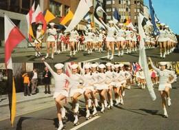 76. CPSM. Les Marinettes, 50 Jeunes Filles Acrobates En Patins A Roulettes. Jongleurs, Drapeaux.  FECAMP. - Fécamp